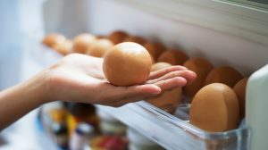 Pick eggs from the refrigerator